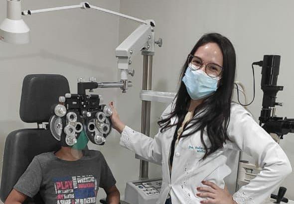 Médica oftalmologista realizado exame em criança