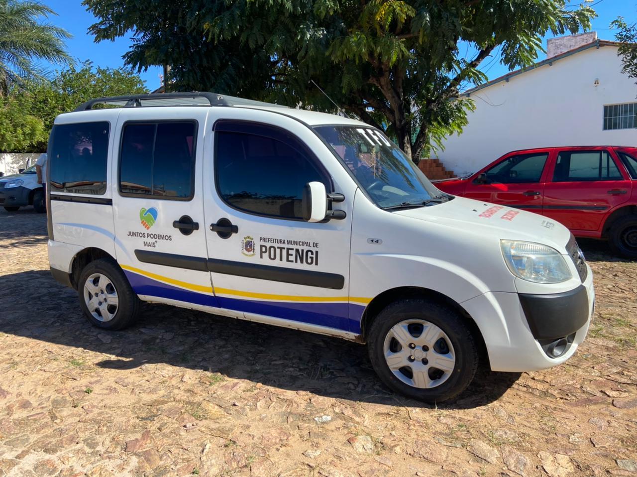 Van contendo identificação da Prefeitura Municipal de Potengi